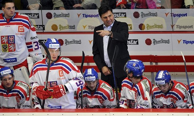 Trenér českého týmu Vladimír Růžička udílí svým svěřencům pokyny.