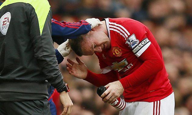 Lékaři Manchesteru United ošetřují krvavé zranění Wayna Rooneyho.