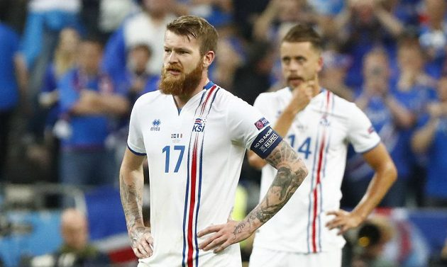 Zklamaní fotbalisté Islandu Aron Gunnarsson (vlevo) a Kari Árnason.
