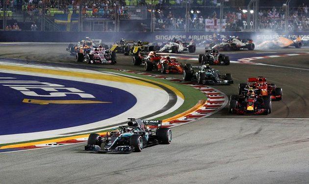 Lewis Hamilton po startu Velké ceny Singapuru udržel vedení.