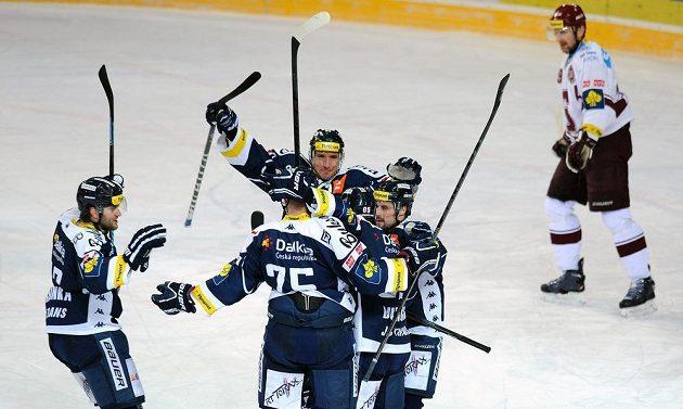Hokejisté Vítkovic slaví gól v síti pražské Sparty. Druhý zleva se raduje střelec gólu Richard Stehlík.