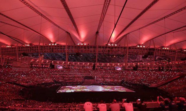 Obří puzzle ve tvaru srdce během zahajovacího ceremoniálu paralympijských her v Riu na stadiónu Maracaná.