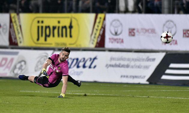 Brankář Jihlavy Jan Hanuš dostává třetí gól v utkání s Bohemians.