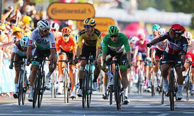 Naštvaný Belgičan Wout van Aert pokřikuje v cíli 11. etapy na Slováka Petera Sagana. Vpravo vítězný Caleb Ewan z Austrálie, vedle něj Ir Sam Bennett.