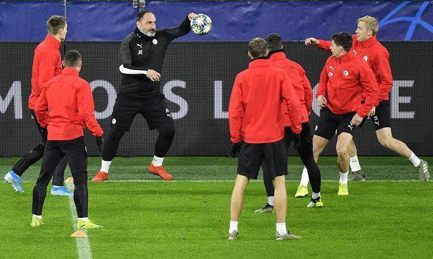 Fotbalisté Slavie trénují před zápasem Ligy mistrů v Dortmundu. Do přípravy se zapojil i trenér Jindřich Trpišovský.