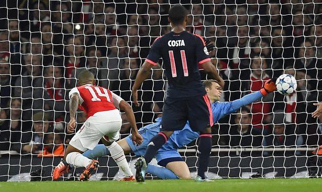 Také brankář Bayernu Manuel Neuer byl na duel skvěle nachystán - takto zneškodnil jasný gól Thea Walcotta z Arsenalu.