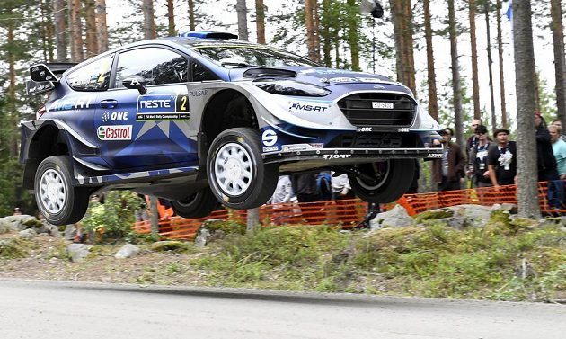 Estonec Ott Tänak a jeho spolujezdec Martin Järveoja s fordem na trati Finské rallye.