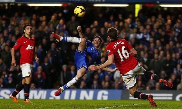 Záložník Chelsea Oscar v souboji o míč s Michaelem Carrickem (vpravo) z Manchesteru United.