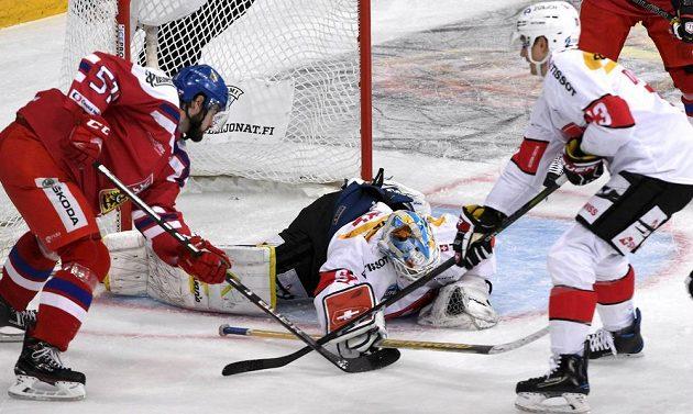 Švýcarský brankář Gilles Senn zasahuje proti Romanu Horákovi.