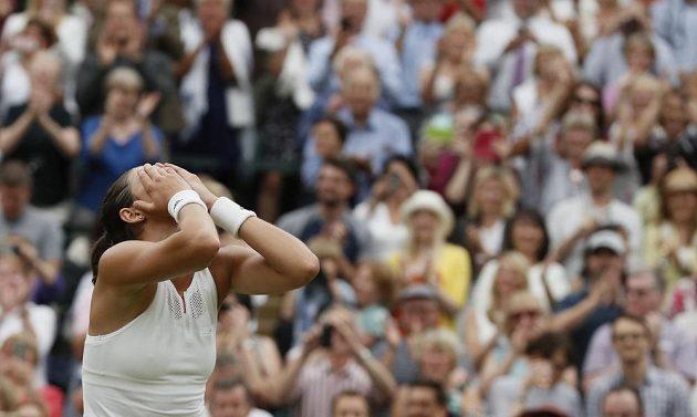Garbiňe Muguruzaová jako by nemohla uvěřit, že je teprve druhou Španělkou, která triumfovala ve Wimbledonu.