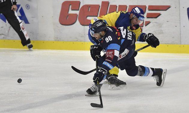 Tyler Redenbach z Liberce a David Nosek ze Zlína v souboji během utkání hokejové extraligy.