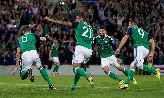 Fotbalisté Severního Irska slaví gól v české síti v utkání kvalifikace o postup na MS 2018.