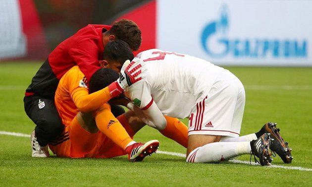 Íránský brankář Alireza Baíranvánd slaví se spoluhráči výhru nad Marokem v utkání mistrovství světa.