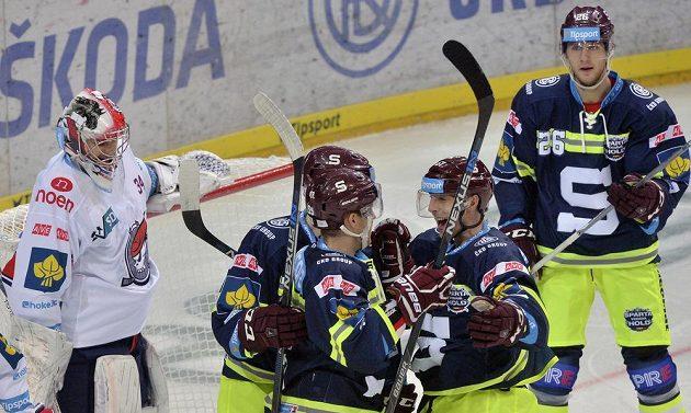 Hokejisté Sparty se radují z gólu proti Chomutovu. Zleva Curtis Hamilton, Robert Sabolič, Lukáš Klimek a Juraj Mikuš. V brance Pirátů je Robert Kristan.