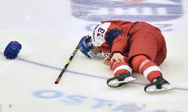 Zraněný Jakub Lauko z České republiky během duelu s Ruskem.