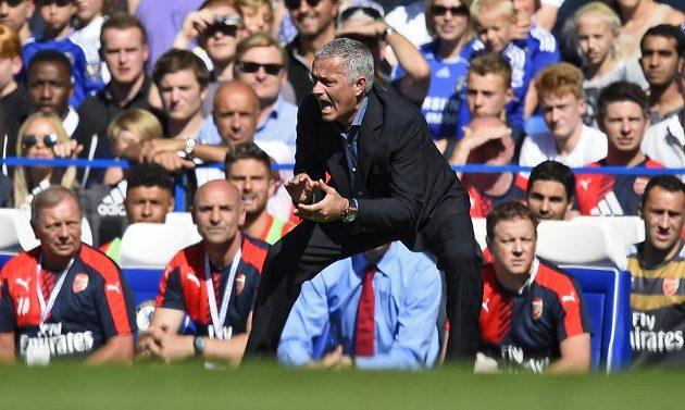 Kouč Chelsea Jose Mourinho prožívá zápas proti Arsenalu.