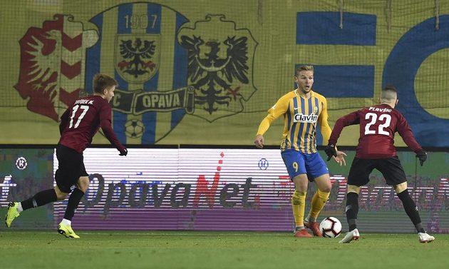 Fotbalisté Sparty Martin Frýdek a Srdjan Plavšič se snaží dostat pod tlak Matěje Hrabinu z Opavy během osmifinále MOL Cupu.