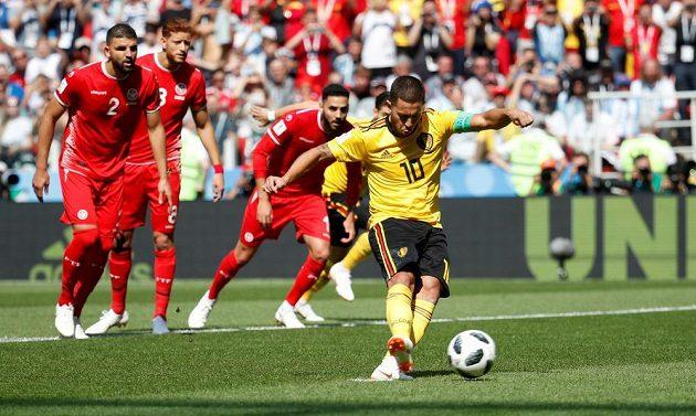 Eden Hazard proměňuje penaltu a posílá Belgii v souboji s Tuniskem do vedení.