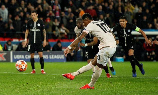 Marcus Rashford z Manchesteru United proměňuje penaltu proti PSG.