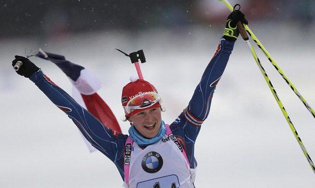 Biatlonistka Veronika Vítková slaví vítězství českého kvarteta v závodu štafet v německém Ruhpoldingu.