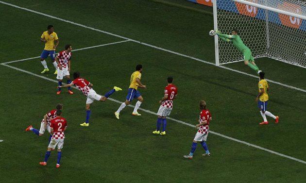 Brazilec Oscar (není na snímku) vyslal na chorvatskou bránu parádní ránu, gólman Stipe Pletikosa ale svůj tým podržel.
