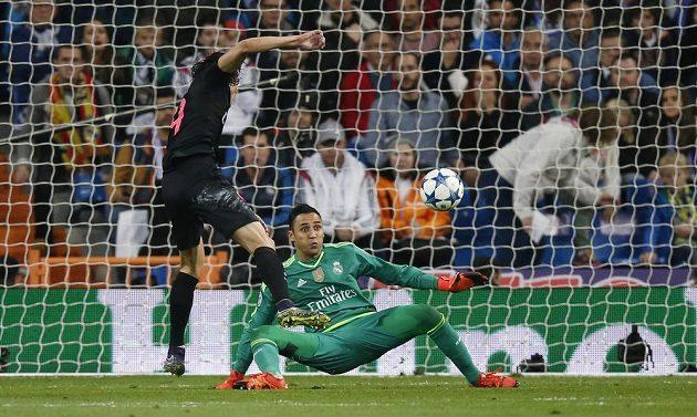 Edinson Cavani z PSG v marné snaze před brankářem Realu Madrid Keylorem Navasem v utkání LM.