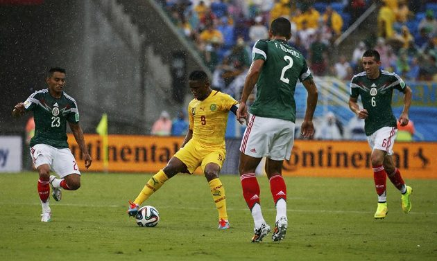 Kamerunský útočník Samuel Eto´o (druhý zleva) v utkání proti Mexiku.