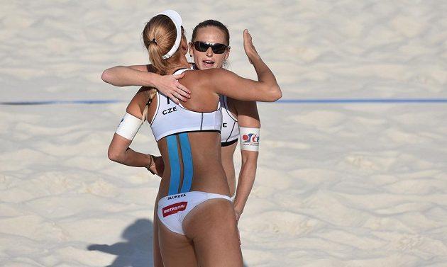 Radost českého plážového dua Kristýna Kolocová (vpravo) a Markéta Sluková.