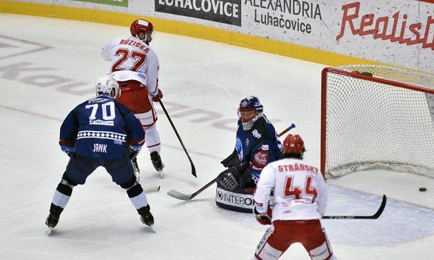 Martin Růžička (druhý zleva) z Třince překonal Dominika Frodla v brance Plzně. Přihlížejí Bohumil Jank (vlevo) z Plzně a Šimon Stránský z Třince.