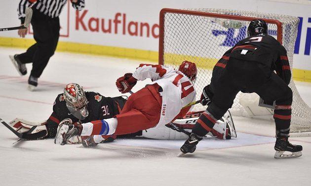 Grigorij Děnisenko podruhé překonává Joela Hofera v brance Kanady, vpravo Kevin Bahl už zasáhnout nestačil.