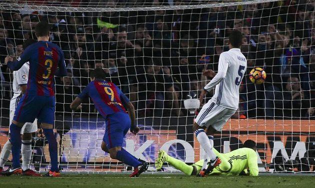 Luis Suárez (č. 9) z Barcelony otevírá skóre proti Realu.