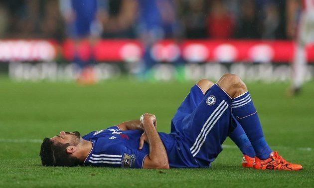 Chelsea na lopatkách - symbolická pozice útočníka Diega Costy. Úřadující mistr Premier League je z Ligového poháru vyřazen.