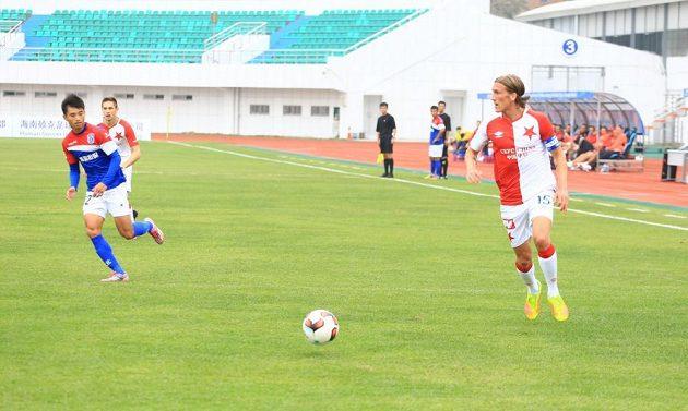 Slávistický obránce Per-Egil Flo (vpravo) nahrál na první gól zápasu Josefu Hušbauerovi.