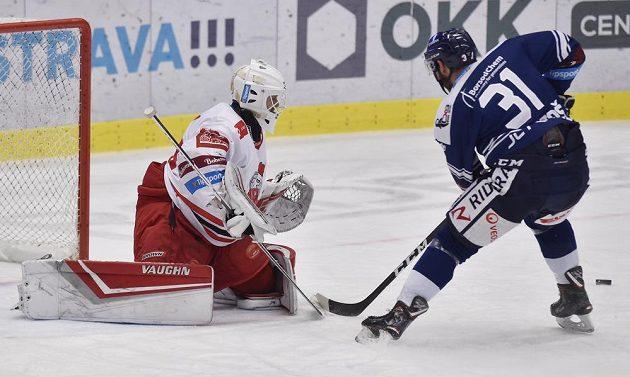 Zleva brankář Olomouce Branislav Konrád a Dominik Lakatoš z Vítkovic.