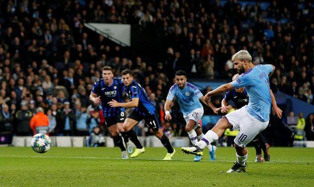 Sergio Agüero z Manchesteru City proměňuje penaltu proti Atalantě.