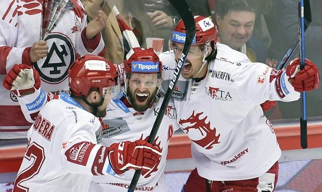 Hráči Třince se radují z prvního gólu proti Plzni. Zleva Milan Doudera, autor branky Martin Růžička a Matěj Stránský.