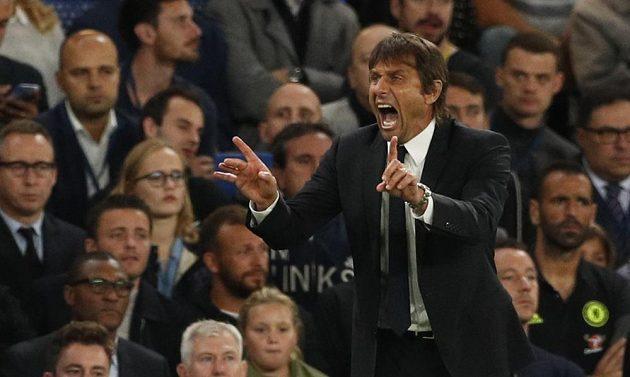 Trenér Chelsea Antonio Conte uděluje taktické pokyny během zápasu s Liverpoolem.