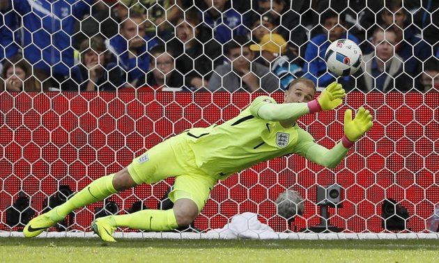 Anglický gólman Joe Hart se marně natahuje po přímém kopu Velšana Garetha Balea.