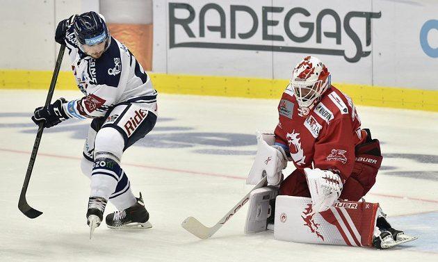 Rastislav Dej z Vítkovic a brankář Třince Patrik Bartošák v akci během utkání hokejové extraligy.