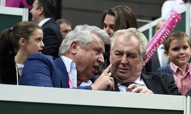 Prezident republiky Miloš Zeman a Miroslav Černošek (vlevo) sledují první utkání Petry Kvitové s Andreou Petkovicovou z Německa ve finále Fed Cupu.
