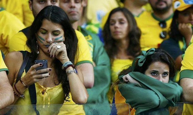 Šokovaní brazilští fanoušci nemohou uvěřit svým očím.