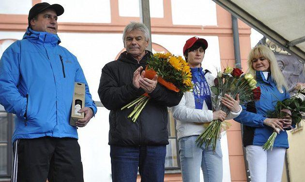 Martina Sáblíková (druhá zprava), její trenér Petr Novák a rodiče Milan (vlevo) a Eva na pódiu ve Žďáře nad Sázavou.