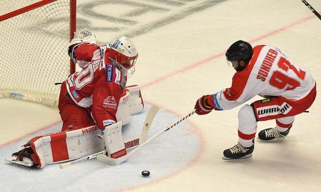 Kanadský útočník Olomouce Kevin Sundher před třineckým brankářem Šimonem Hrubcem.