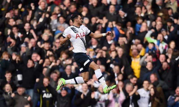 Útočník Nacer Chadli z Tottenhamu se raduje ze vstřelené branky do sítě Swansea v 27. kole anglické Premier League.