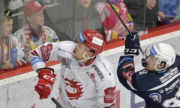 Michal Kovařčík z Třince a Miroslav Indrák z Plzně v akci během hokejové extraligy.