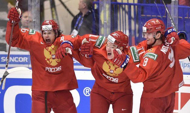 Ruští hokejisté (zleva) Alexandr Romanov, Vasilij Podkolzin a Ivan Morozov se radují z vítězství v semifinále nad Švédy