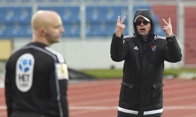 Trenér Bohumil Páník ukazuje kolik gólů sudí Baníku neuznali.