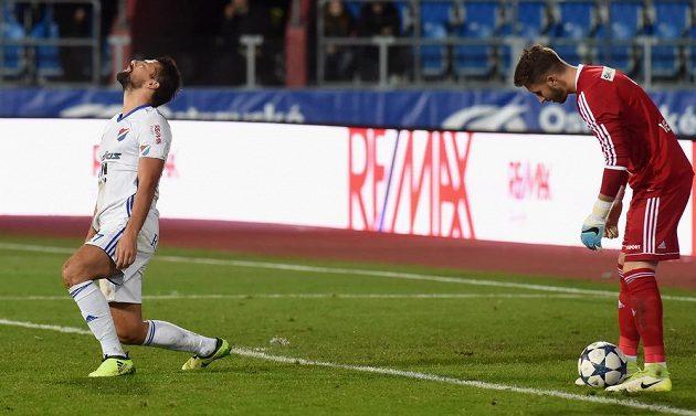 Útočník Milan Baroš z Baníku Ostrava promarnil šanci v utkání 13. kola HET ligy s Mladou Boleslaví. Míč má pod kontrolou brankář soupeře Luděk Vejmola.