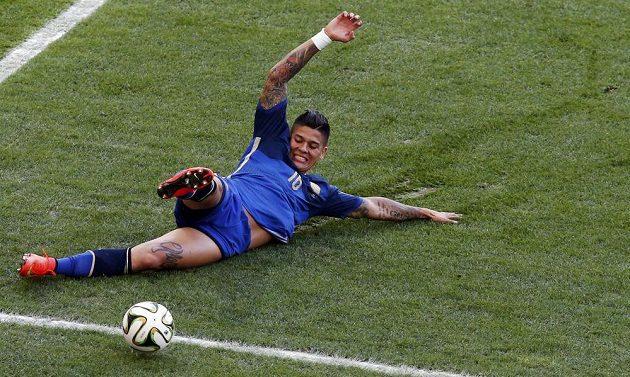 Argentinský obránce Marcos Rojo se snaží skluzem zasáhnout míč.