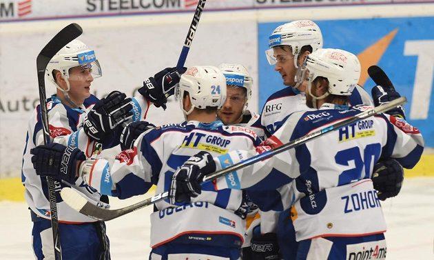 Hráči Brna se radují z druhého gólu na ledě Vítkovic.